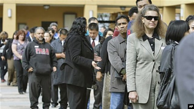 Job applicants wait in line at a job fair in San Jose, California, March 22, 2011 (file photo)