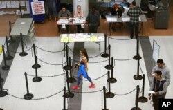 텍사스주 댈러스 유권자들이 지난해 11월 8일 대통령선거에서 한표를 행사하기 위해 투표소에 입장하고 있다.