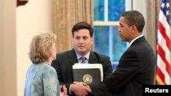 Tổng thống Barack Obama gặp gỡ ông Ron Klain, khi đó là trưởng ban nhân viên của phó Tổng thống Joe Biden, tại phòng Bầu dục hôm 21/5/2009.