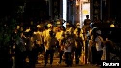 22일 홍콩 '위안랑' 전철역에 흰 옷을 입고 각목과 파이프 등을 든 남성들이 모여있다. 이들은 시위대와 시민들을 무차별 공격한 것으로 알려졌다.