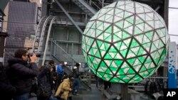 La tradicional bola de cristal, símbolo del inicio de un nuevo año, ya está lista para iluminar Times Square en New York a la media noche del 31 de diciembre.