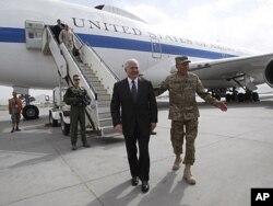 واشنگتن پست: سفر گیتس به افغانستان و بحث روی ستراتیژی جنگ در آن کشور