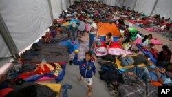 Los migrantes centroamericanos, parte de una caravana que espera llegar a Estados Unidos, se asientan en un refugio en el estadio Jesús Martínez, en la Ciudad de México, el lunes 5 de noviembre de 2018.