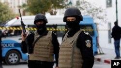 19일 튀니지 튀니스의 국립박물관 입구에서 경찰이 경계근무를 서고 있다.