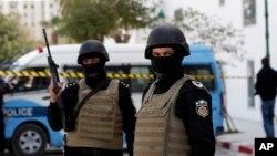 Tunužanski policajci ispred Nacionalnog muzeja Bardo