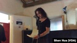 流亡海外的中国诗人贝岭在一次诗朗诵会上 (美国之音申华拍摄)