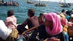 Residentes de Mocímboa Praia, Moçambique fogem em barcos depois da sua localidade ter sido atacada por insurgentes