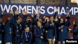 Timnas sepak bola putri AS merayakan kemenangan setelah mengalahkan Kanada di final turnamen Piala CONCACAF (Konfederasi Sepak Bola Amerika Utara, Tengah dan Karibia) di Stadion Toyota, Frisco, Texas, 17 Oktober 2018.