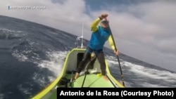 Antonio de la Rosa has successfully piloted a specially-designed paddleboard from the west coast of the US.to Hawaii, a journey of 4,023 km.