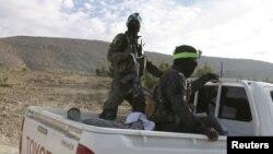Dua anggota kelompok milisi Kurdi Suriah (YPG) dalam pertempuran dengan militan ISIS untuk memperebutkan kontrol atas bendungan Tishrin di selatan Kobani, Suriah (foto: dok).