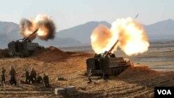 북한 김정은 국방위원회 제1위원장이 연평도와 백령도의 타격과 관련된 포병부대의 실탄 사격훈련을 지도했다고 노동신문이 14일 전했다. 사진은 노동신문 2면에 실린 포사격 훈련 장면.