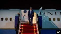 Ngoại trưởng John Kerry đến Căn cứ Không quân Riyadh ở Saudi Arabia sau chuyến thăm Djibouti, 6/5/2015.