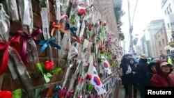 Pristalice opozvane predsednice Južne Koreje Park Geun-hje okupljaju se ispred njene kuće u Seulu.