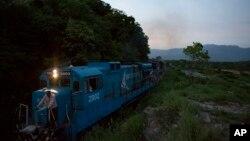 Sebuah kereta api barang melintasi rel antara kota Arriaga dan Chahuites, Meksiko (Foto: dok).