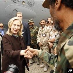 Sakatariyar harakokin wajen Amurka Hillary Clinton ta na ganawa da sojojin Libiya daga saukar ta daga jirgin saman da ya kai ta birnin Tripoli ranar Talata 18 ga watan Oktoba