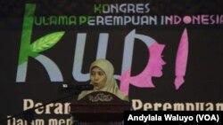 Ketua Panitia Kongres Ulama Perempuan Indonesia, Badriah Fayumi saat membuka kongres di Cirebon, West Java, Indonesia 25 April 2017