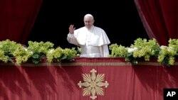 Папа Франциск обращается с посланием «Граду и миру» с центрального балкона базилики Святого Петра в Ватикане, 1 апреля 2018