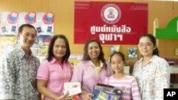 ชมภาพผู้โชคดี ได้รับของขวัญปีใหม่จากวีโอเอไทย และศูนย์หนังสือจุฬา (ชุดที่ 2)
