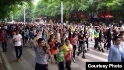 茂名数千民众3月30号举行示威,抗议政府建PX项目 (目击者提供)