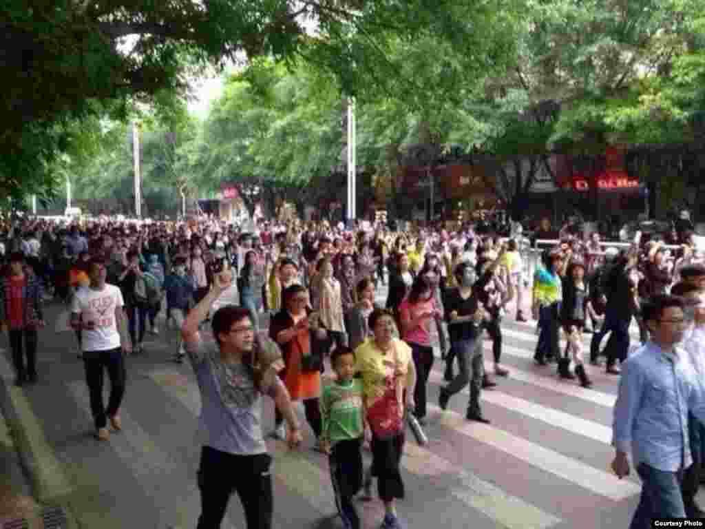 茂名数千民众3月30号举行示威,抗议政府建PX项目
