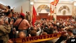 Para pengunjuk rasa memasuki gedung parlemen di Skopje, Makedonia, 27 April 2017. (AP Photo/Boris Grdanoski)