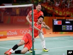 中国队员谌龙星期六战胜马来西亚对手李宗伟,赢得羽毛球男子单打冠军。比赛结束后,谌龙激动得不能自持。AP摄影 巴西里约 2016年8月20日。