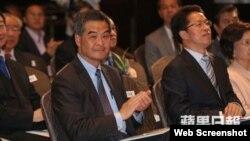 香港特首梁振英与中联办主任张晓明(右,苹果日报图片 )