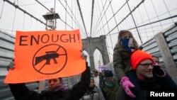 جولین مور در این راهپیمایی گفت که امیدوار است همگانی شدن ارائه گواهی عدم سوءپیشینه هنگام خرید اسلحه تحقق پیدا کند.