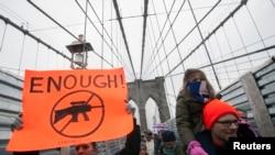 Des manifestants participent à un rassemblement anti-violence et anti-armes à feu parrainé par One Million Moms (Un Million de Mères) à New York, le 21 janvier 2013.