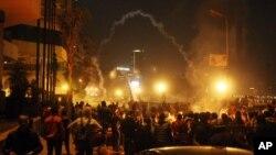 Người biểu tình ném đá trong lúc lực lượng an ninh Ai Cập bắn hơi cay vào đám đông ở trung tâm thủ đô Cairo.