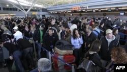纽约肯尼迪国际机场的旅客们(资料照)