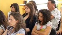 Vajza nga Kosova pergatiten per nje konference ne Boston