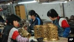 工人在燈飾生產線工作情況