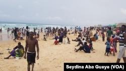 Forte affluence à la plage de Yoff BCEAO, à Dakar, le 5 août 2018. (VOA/Seydina Aba Gueye)