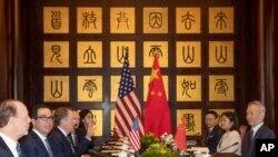 지난 7월 31일 중국 상하이에서 스티븐 므누신 재무장관과 로버트 라이트하이저 미 무역대표부(USTR) 대표가 이끄는 미국 대표단이 중국 측과 실무협상을 하고 있다.