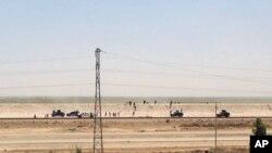 Lực lượng an ninh Iraq rút khỏi Ramadi, thủ phủ của tỉnh Anbar, 115 km về phía tây Baghdad, ngày 17/5/2015. Vì các lực lượng Iraq từ bỏ hầu hết các vị trí của họ bên trong thành phố, Hoa Kỳ và liên minh phải dựa vào không lực để tìm cách đẩy lui các chiến binh Nhà nước Hồi giáo.