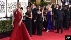 ນາງ Taylor Schilling ເດີນທາງມາຮອດ ບ່ອນທຳພິທີມອບ ລາງວັນປະຈຳປີ Golden Globes Awards ທີ່ໂຮງແຮມ Bervely Hilton Hotel ໃນວັນອາທິດ ວັນທີ 11 ມັງກອນ ທີ່ Beverly Hills ລັດ California.