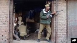 지난 23일 인도 스리랑가르에서 인도군 병사가 카슈미르 무장반군과 총격전을 벌이고 있다. (자료사진)