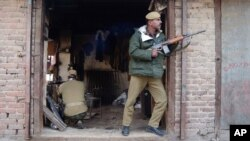 Binh sĩ Ấn Độ trong một cuộc đấu súng với các phần tử chủ chiến ở Srinagar.
