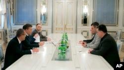 烏克蘭總統亞努科維奇 (左二) 會見反對派領袖