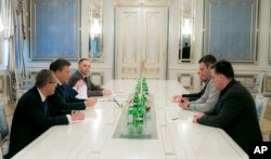 Tổng thống Yanukovych (giữa, trái) gặp các nhà lãnh đạo đối lập Oleh Tyanybok, Vitali Klitschko, và Arseniy Yatsenyuk ở Kiev, 22/1/2014