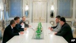 야누코비치 우크라이나 대통령 (왼쪽에서 두 번째)이 22일 야권 지도자들과 만나고 있다.