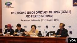 Kepala Badan Pengawasan Obat dan Makanan (BPOM) Indonesia Lucky Slamet (tengah) pada sesi pertemuan APEC di Surabaya mengenai standar makanan. (VOA/Petrus Riski)