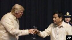 Tổng thống Mỹ Donald Trump cụng ly với Tổng thống Philippines Rodrigo Duterte tại Manila, 12/11/17.