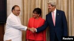 美國國務卿克里(右)正在印度訪問。星期四與美國商務部長(中)一起與印度財長(左)會晤。