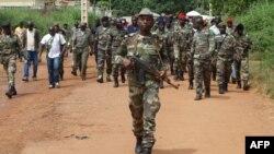 21일 기니비사우 수도 비사우 인근의 군막사가 괴한둘의 공격을 받은 가운데, 비사우 거리를 순찰 중인 군인들.