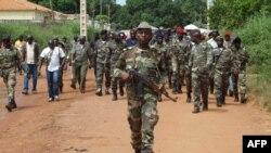 ໃນວັນທີ 21 ຕຸລາ, 2012 ທະຫານຂອງ Guinea Bissau ຍ່າງຕາມຖະໜົນຂອງນະຄອນ Bissau ລຸນຫລັງທີ່ ພວກມືປືນໄດ້ບຸກເຂົ້າໄປໃນປ້ອມຂອງທະຫານ ຢູ່ໃນນະຄອນຫລວງ ຊຶ່ງໄດ້ພາໃຫ້ເກີດການຍິງຕໍ່ສູ້ກັນ ຊຶ່ງມີຢ່າງໜ້ອຍ 7 ຄົນເສຍຊີວິດ