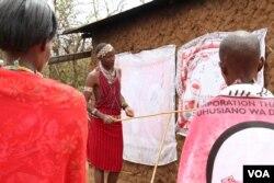 Trachoma monitor Lester Mortai teaches a group women how to prevent Trachoma at household level in Kajiado, Kenya. (Mohammed Yusuf/VOA)
