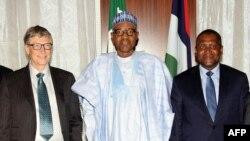 Presiden Nigeria Mohammadu Buhari (tengah) berpose bersama pendiri Microsoft Bill Gate (kiri) dan pria terkaya di Afrika, Aliko Dangote, seusai penandatanganan kerjasama untuk pemberantasan polio di Abuja, 20 Januari 2016 (Foto: dok).