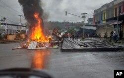 Aksi protes dengan membakar ban untuk memblokir jalan di Manokwari, Papua, Senin, 19 Agustus 2019.
